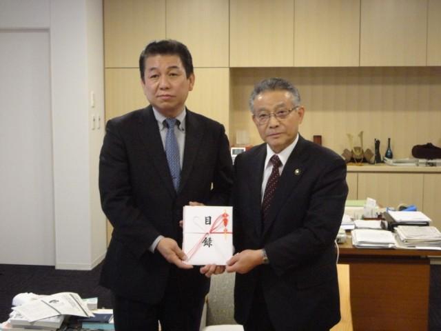 写真左より株式会社岡野エレクトロニクス田中社長、喜多方市山口市長
