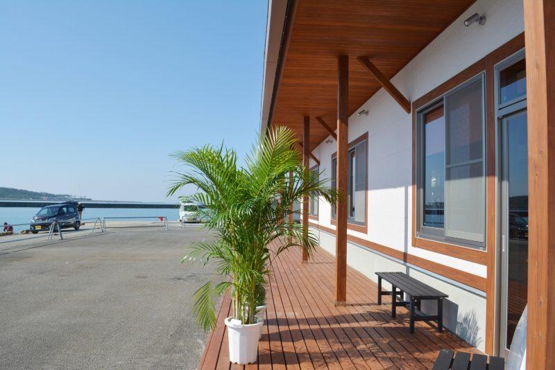 (食堂の南側の様子。ゆっくりできます。また、天気の良い日は甑島も望めます。)