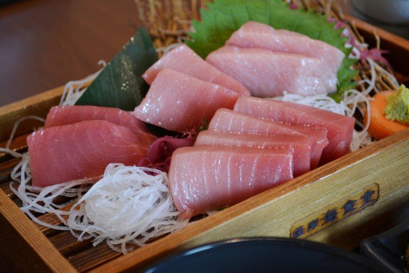 食堂料理の一例。甑黒マグロ定食